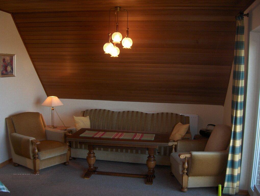 kleiner esstisch mit 2 sthlen kchentisch mit regal und. Black Bedroom Furniture Sets. Home Design Ideas